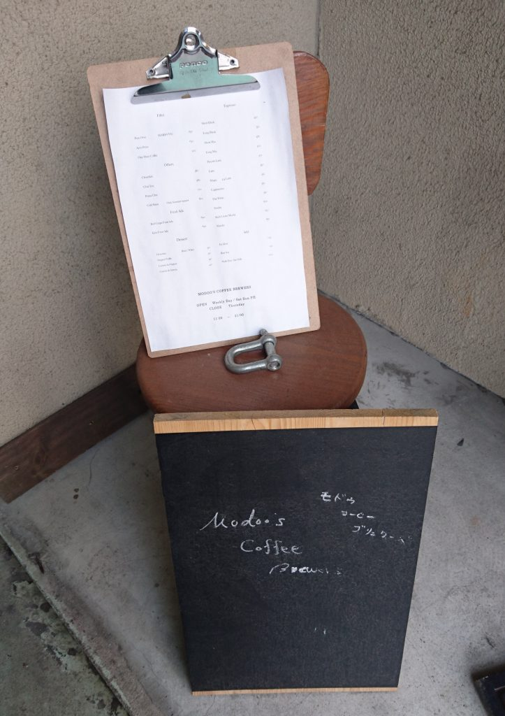 1階の階段前にあるメニュー表とブラックボード