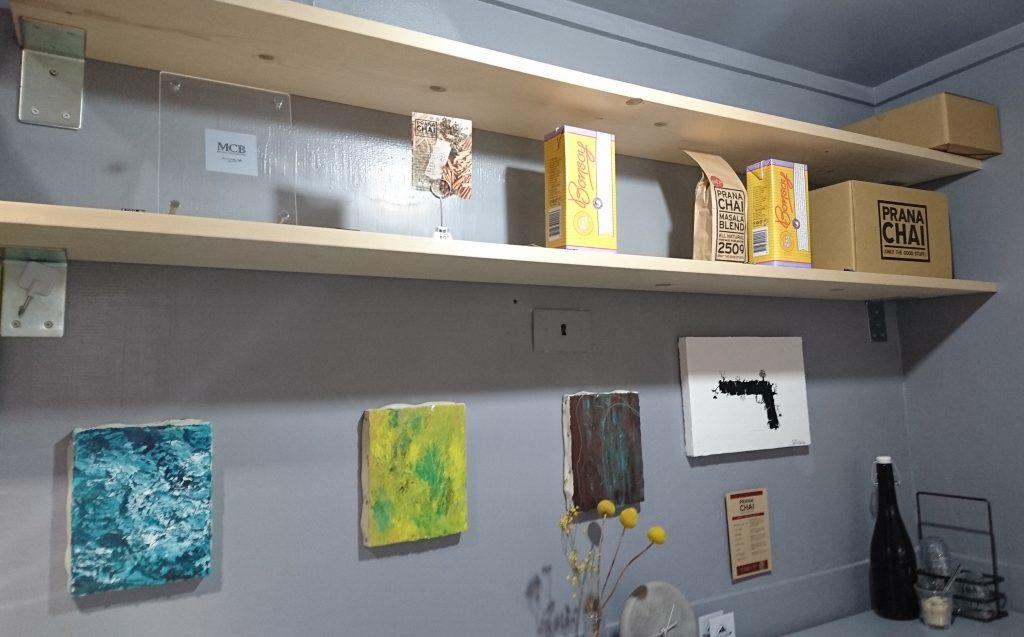 店内の棚と日本でここにしかない豆乳の写真
