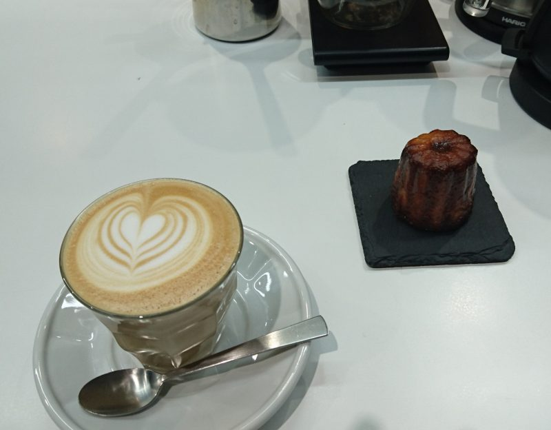コーヒーとカヌレ