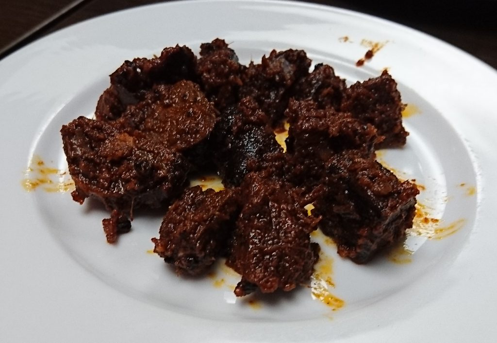 チョイラのマトン マトンを赤茶色の香辛料がまとっている