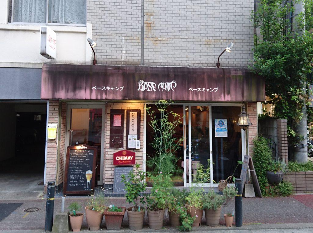 入口を含むお店の外観