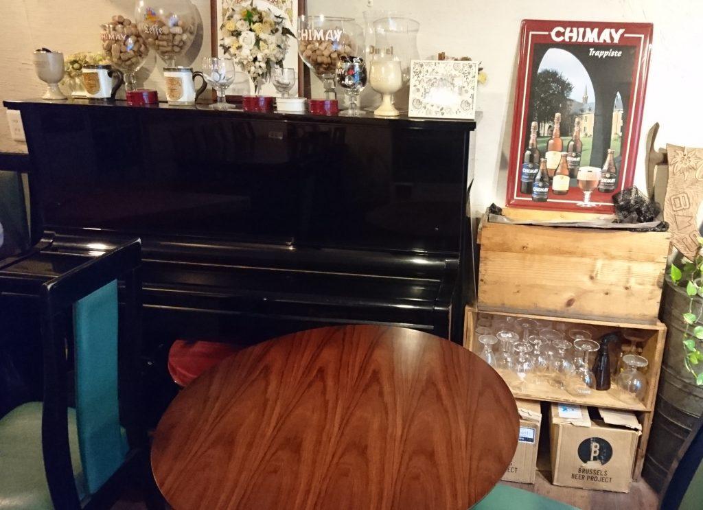 店内 ピアノがある光景