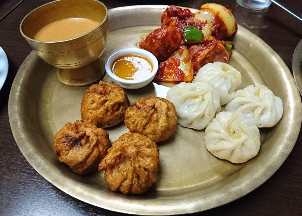 モモ(ネパールの餃子)の3種盛りの写真