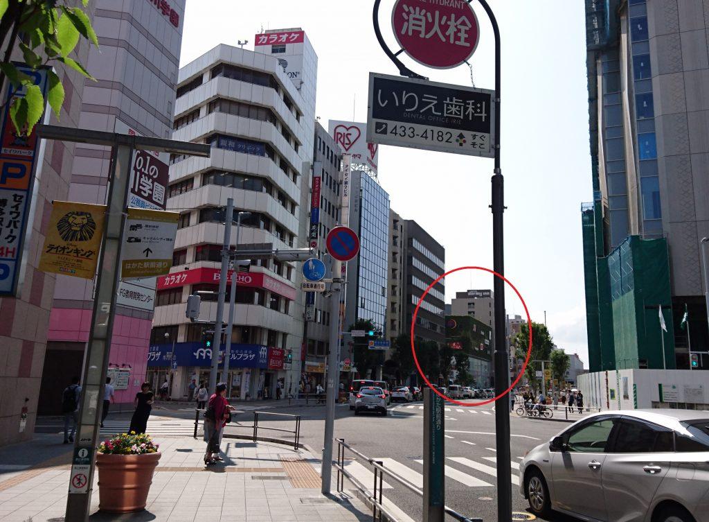 チェックポイントとなる交差点前の写真 キャナルシティ博多は○で囲っています。