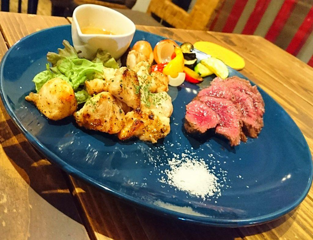 プレートにのったワニ肉とカンガルー肉