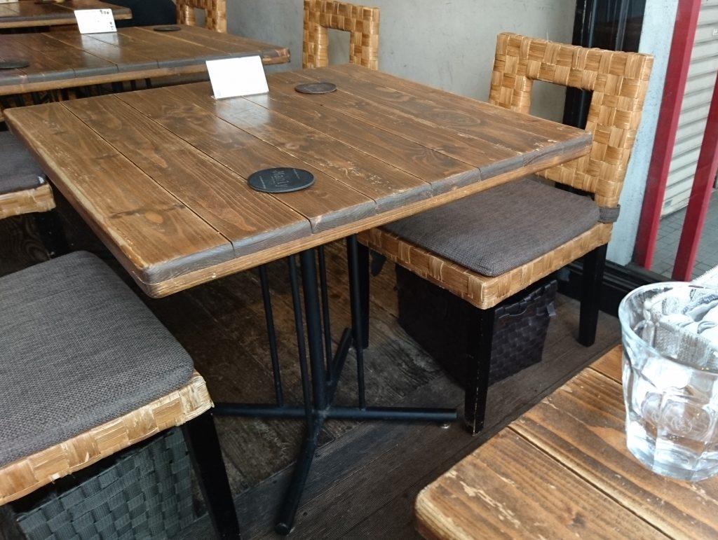 店内テーブル席の様子