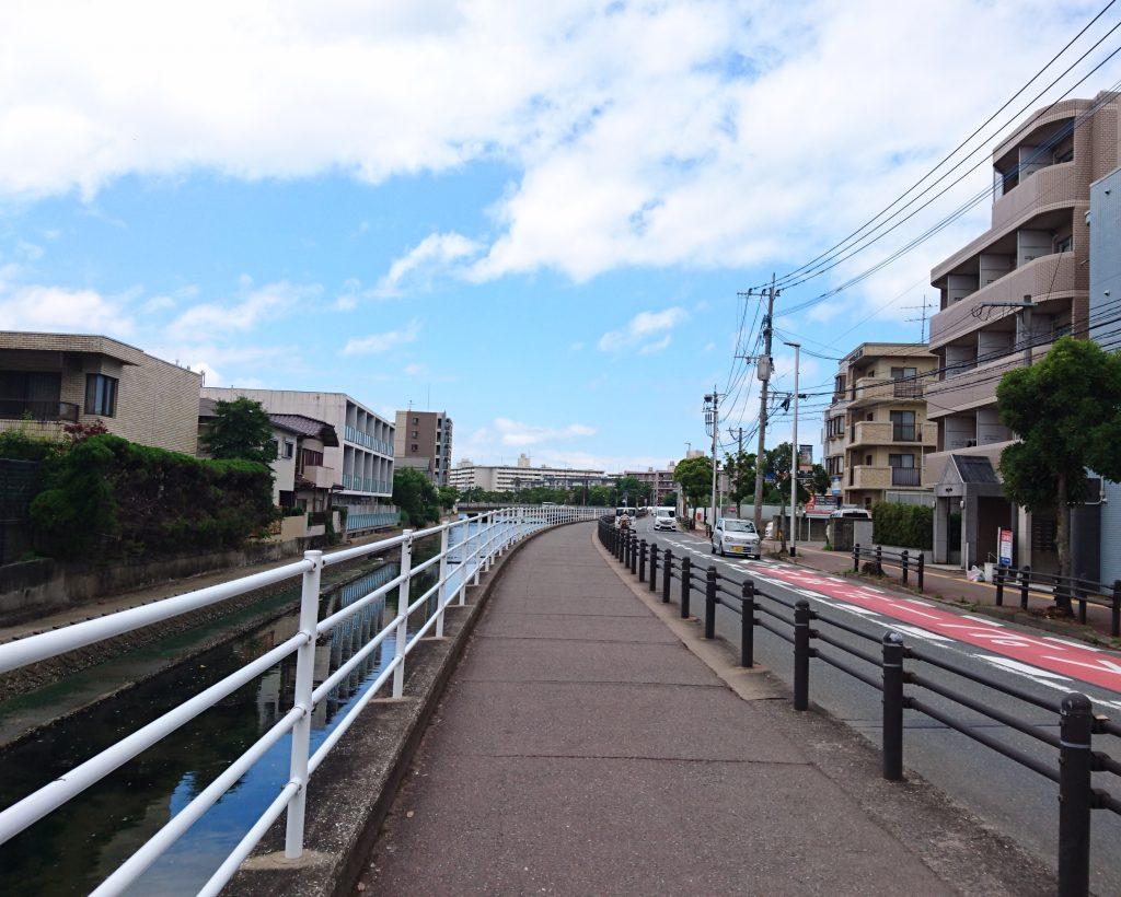 川沿いの道路と歩道 中間地点