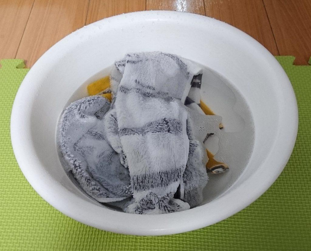 タオルを洗剤入りぬるま湯に入れた様子