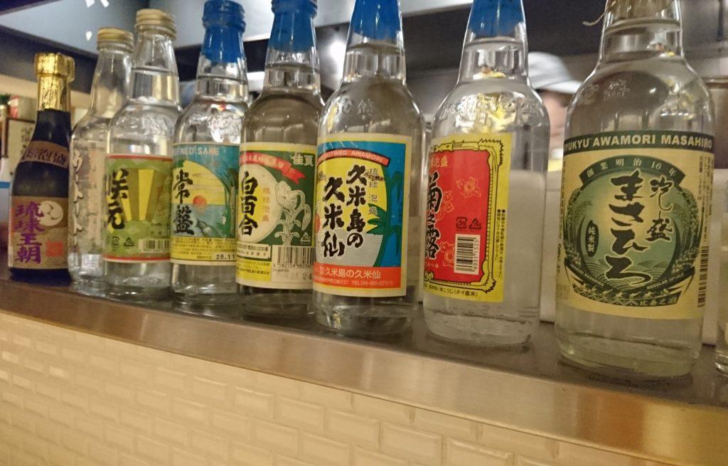 カウンター正面に置かれた地酒の空瓶