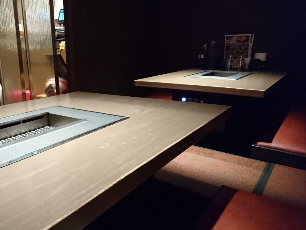 誰も座っていないテーブル席の様子