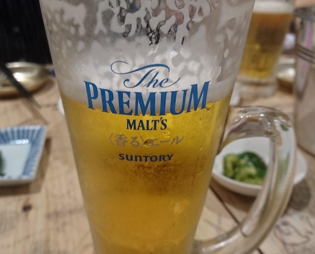 ビールが入ったジョッキ グラスには香るエールの文字が書いている