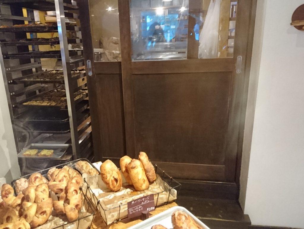 入口とは反対側にある厨房の様子
