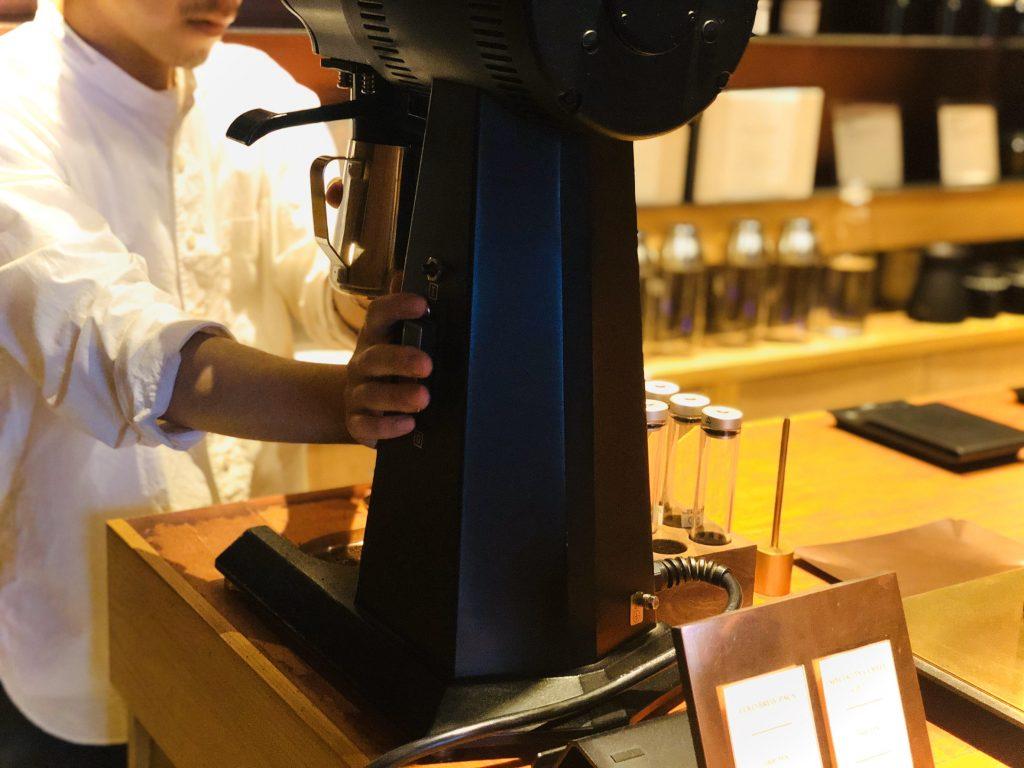 店主がコーヒーマシーンを扱っている様子