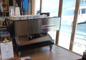 窓近くにあるコーヒーの器具