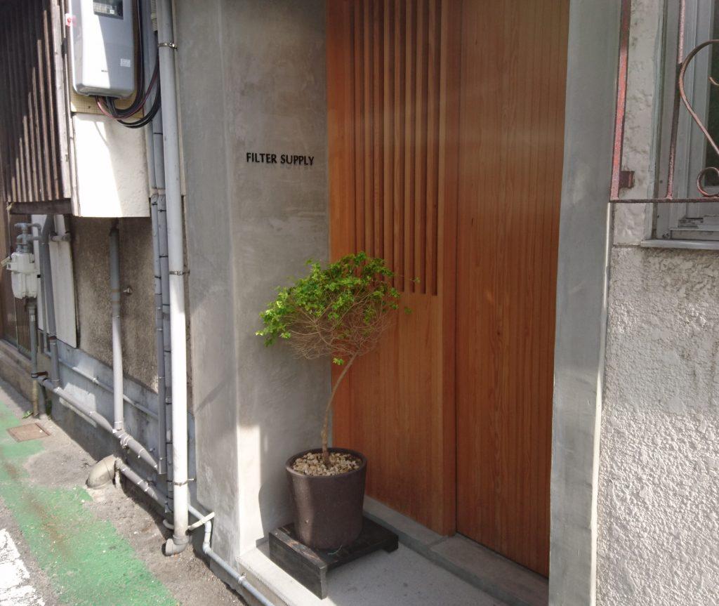 ひっそりとした入口 和食専門店みたいな見た目