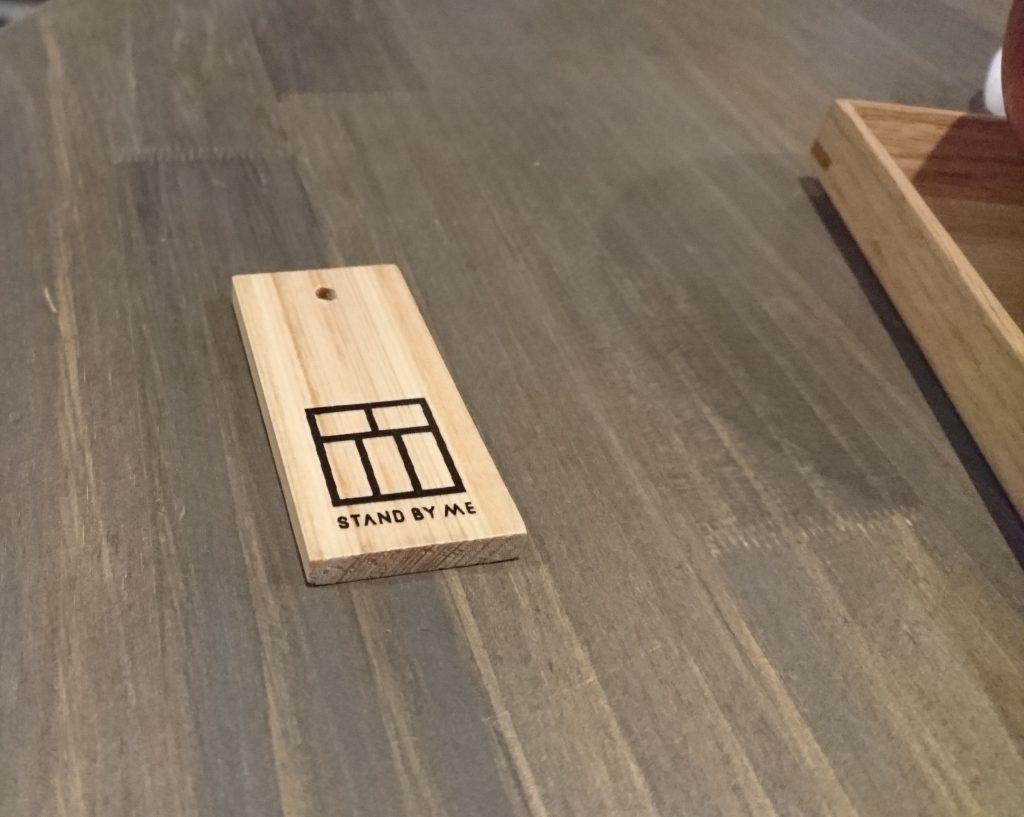 テーブルに置かれた木札