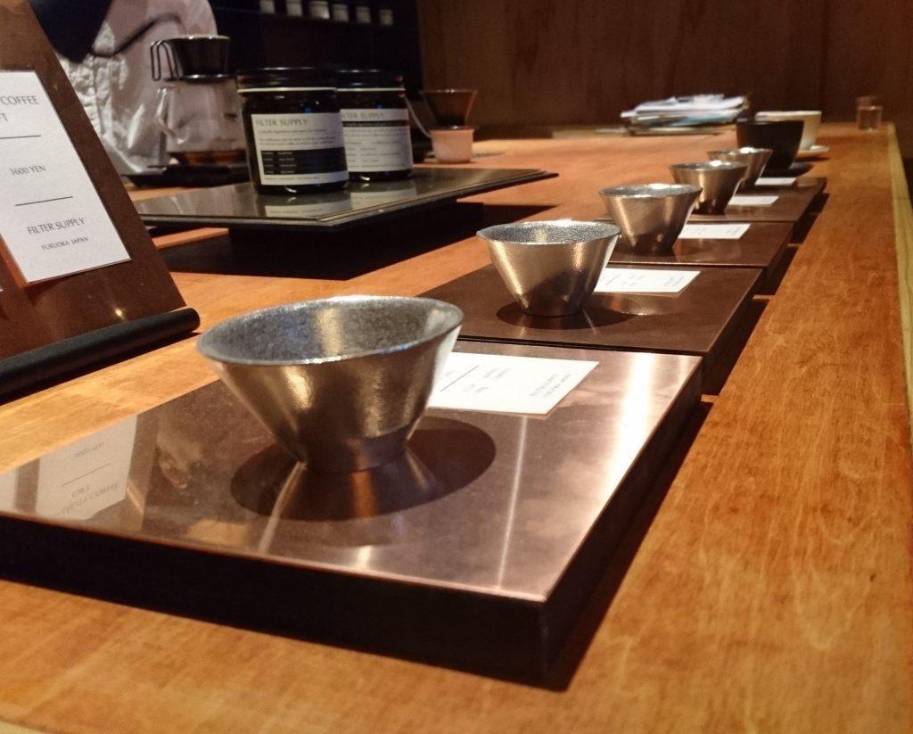 販売しているコーヒーの豆がカップに入って横一列に並んでいる