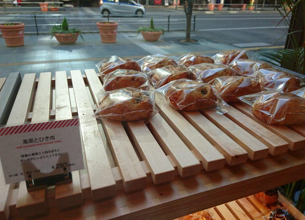 「高菜とひき肉」というパン 店内に並んでいる