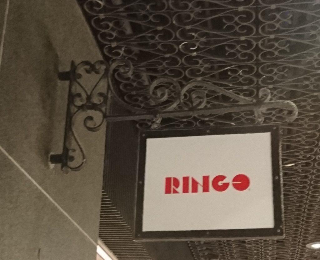 お店の壁に付いている看板