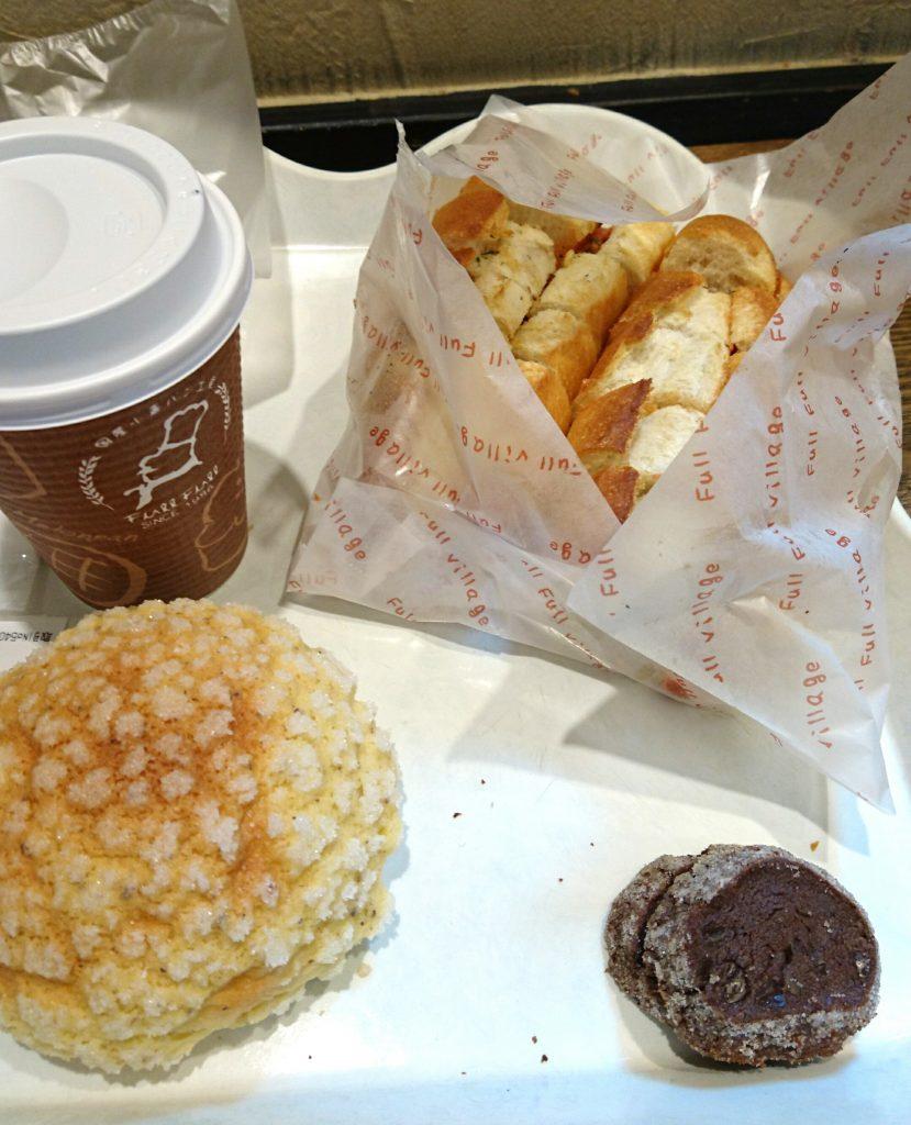 明太フランスとメロンパンとコーヒー イートインスペースにて撮影