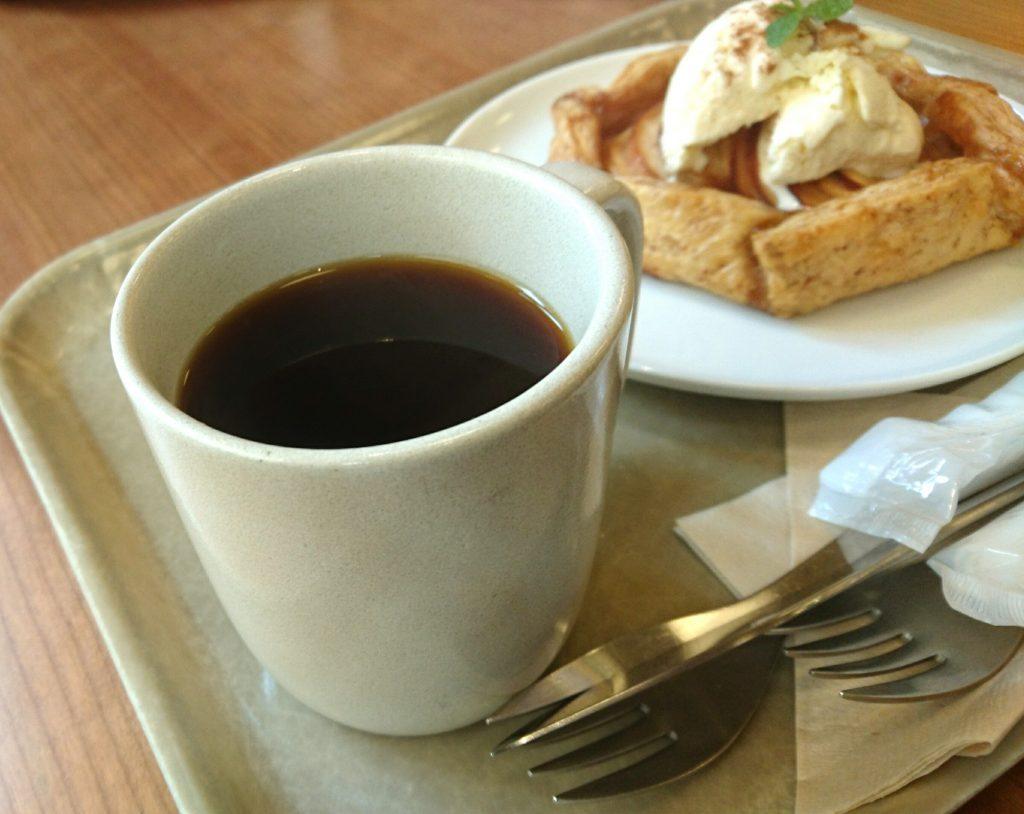 ホットコーヒー アップルパイがちらっと写ってる