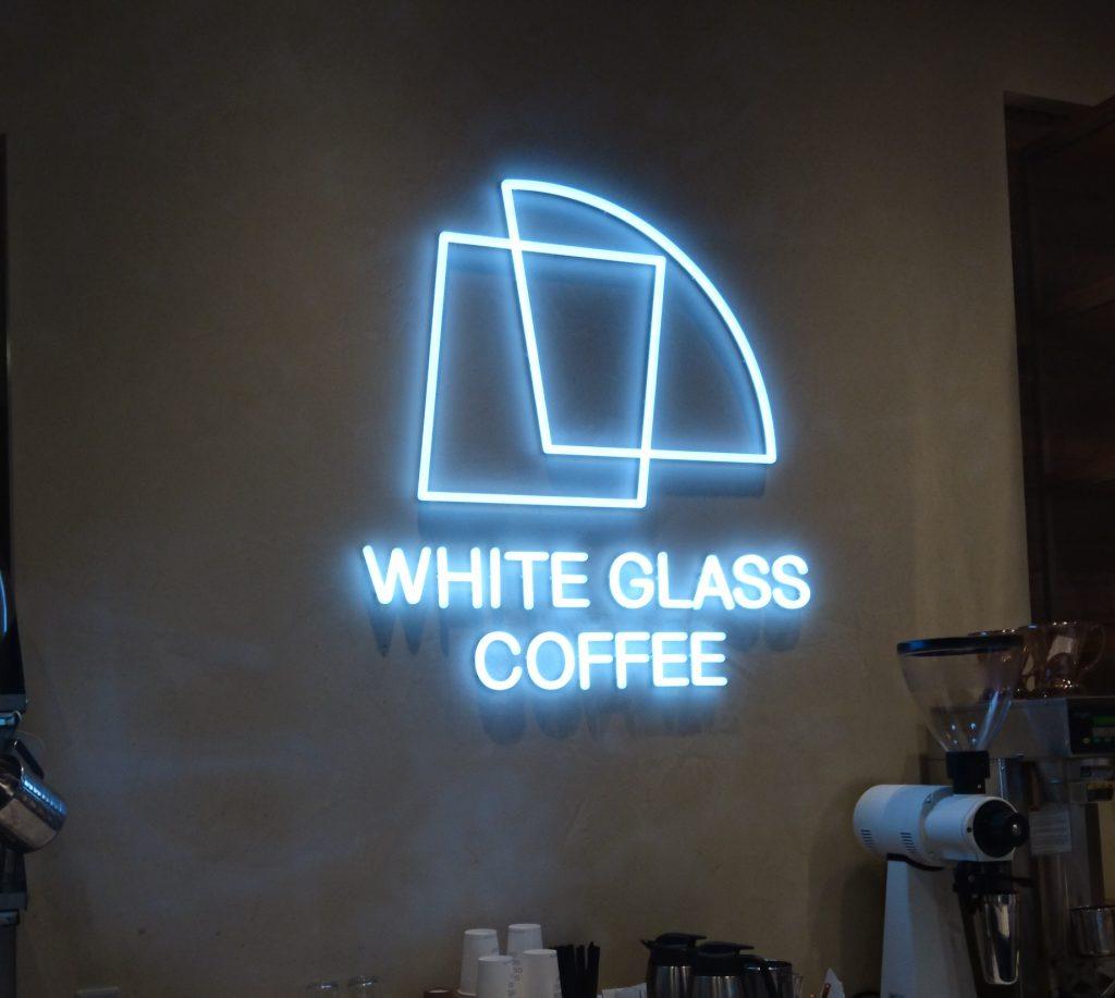 店内のお店ロゴ 青白い光を放っている