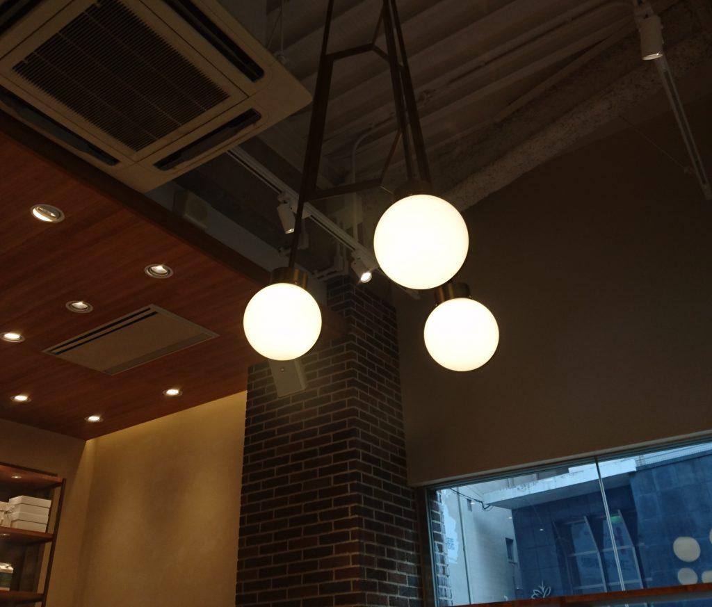 上からぶら下がった照明 丸い照明が3つある