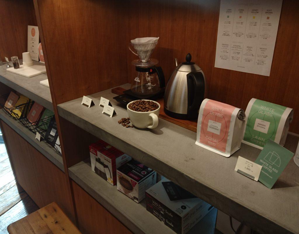 コーヒー器具と商品が お店右側に並んでいる