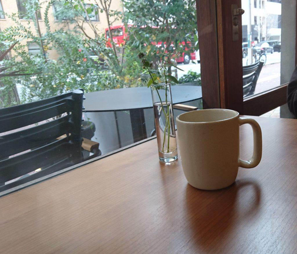 マグカップとその奥のお外の風景