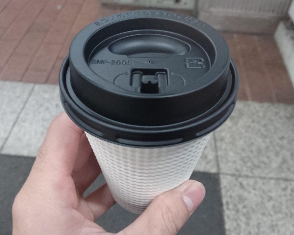 左に持った購入済みのコーヒー