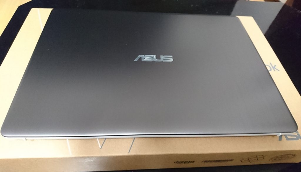 パソコンの表面または外観 ASUSと刻まれている