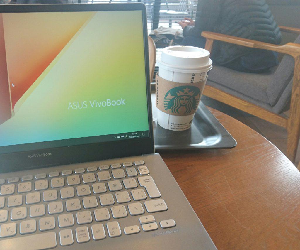 ドリップコーヒーとパソコン 場所はスターバックス