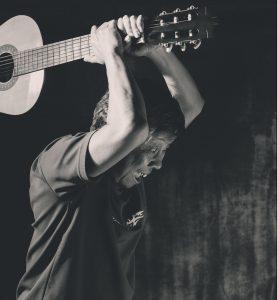 ギターをたたき割ろうとしている人