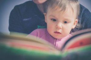 親と一緒に本を読む子供