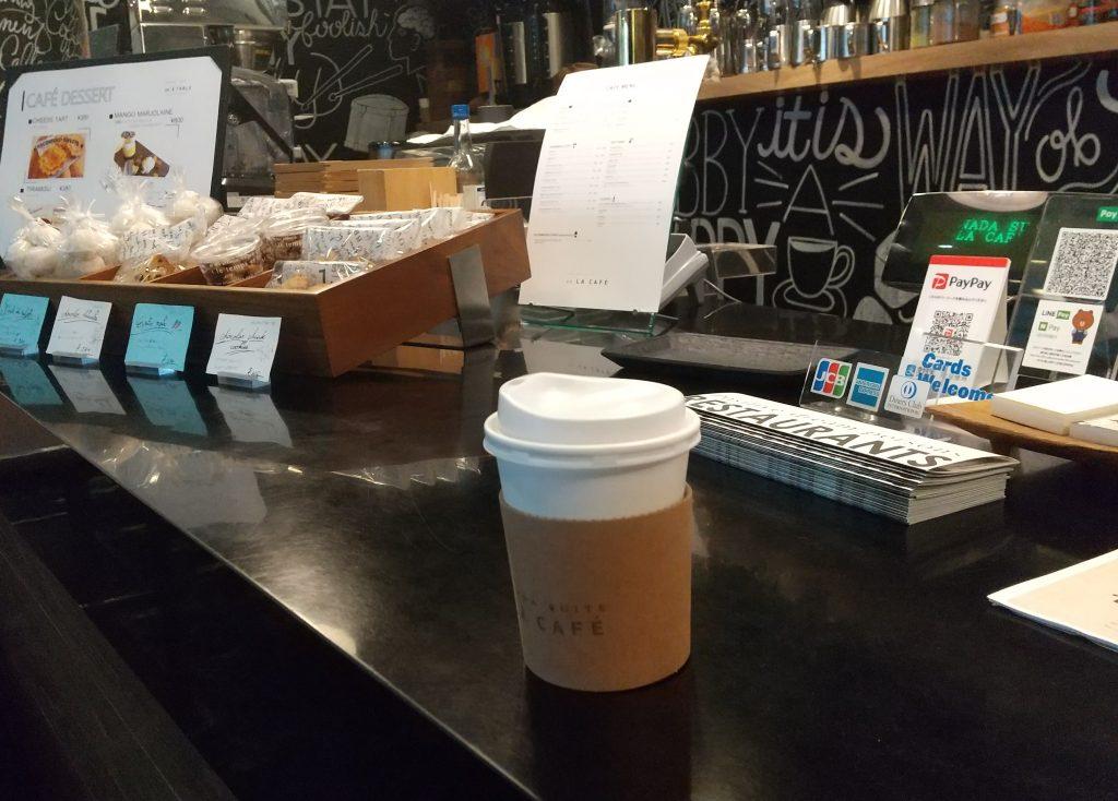 レジの真ん中に置かれたコーヒー
