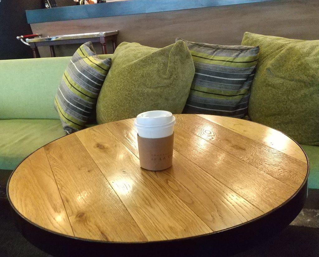 テーブルとコーヒーとソファー