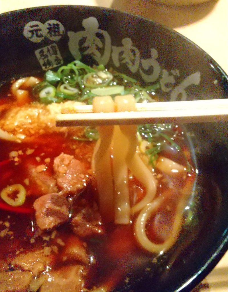 肉肉うどん 麺を箸で持ち上げる