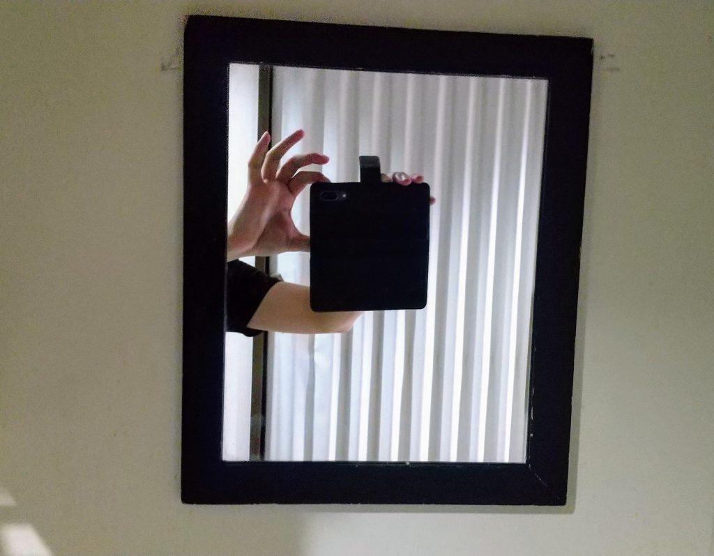 壁に貼れたか鏡を撮る様子