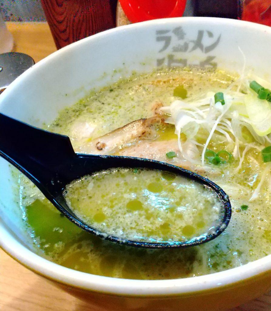 ジェノバラーメンのスープが蓮華に入っている