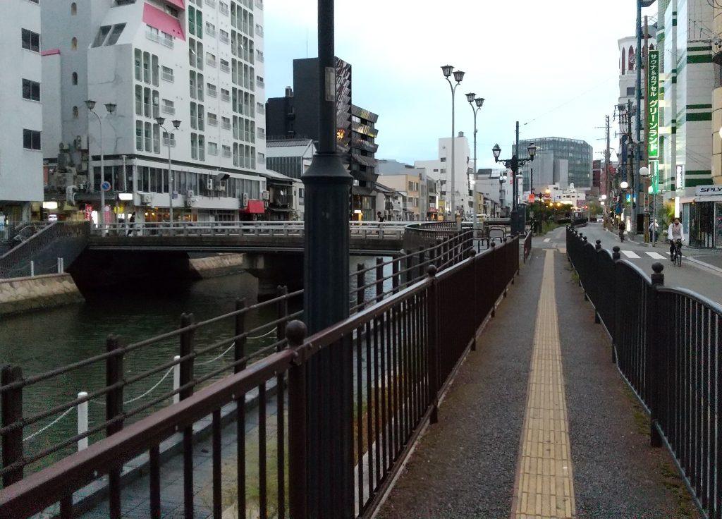 お店近くの川