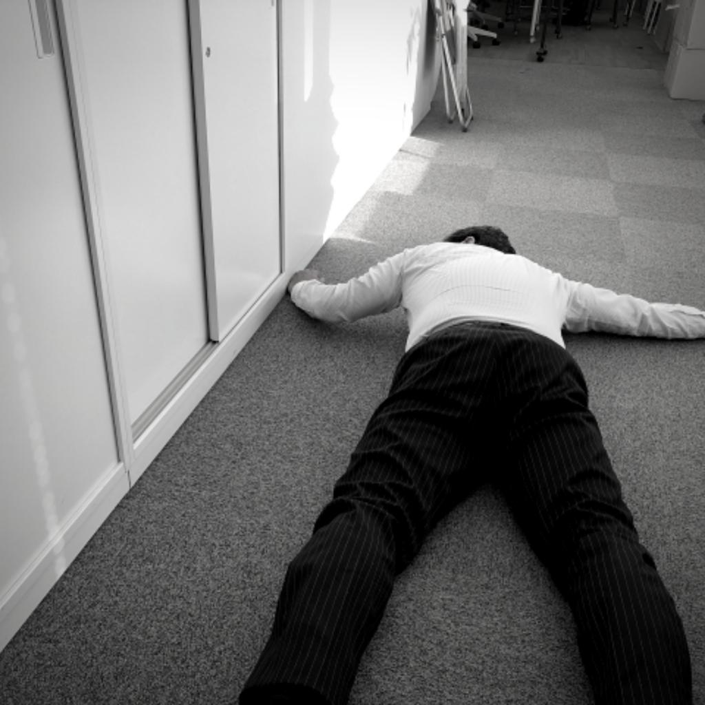 仕事場で倒れる男性
