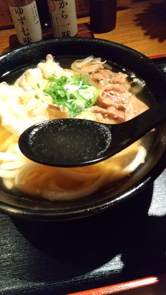 牛すじうどん 蓮華ですくったスープ