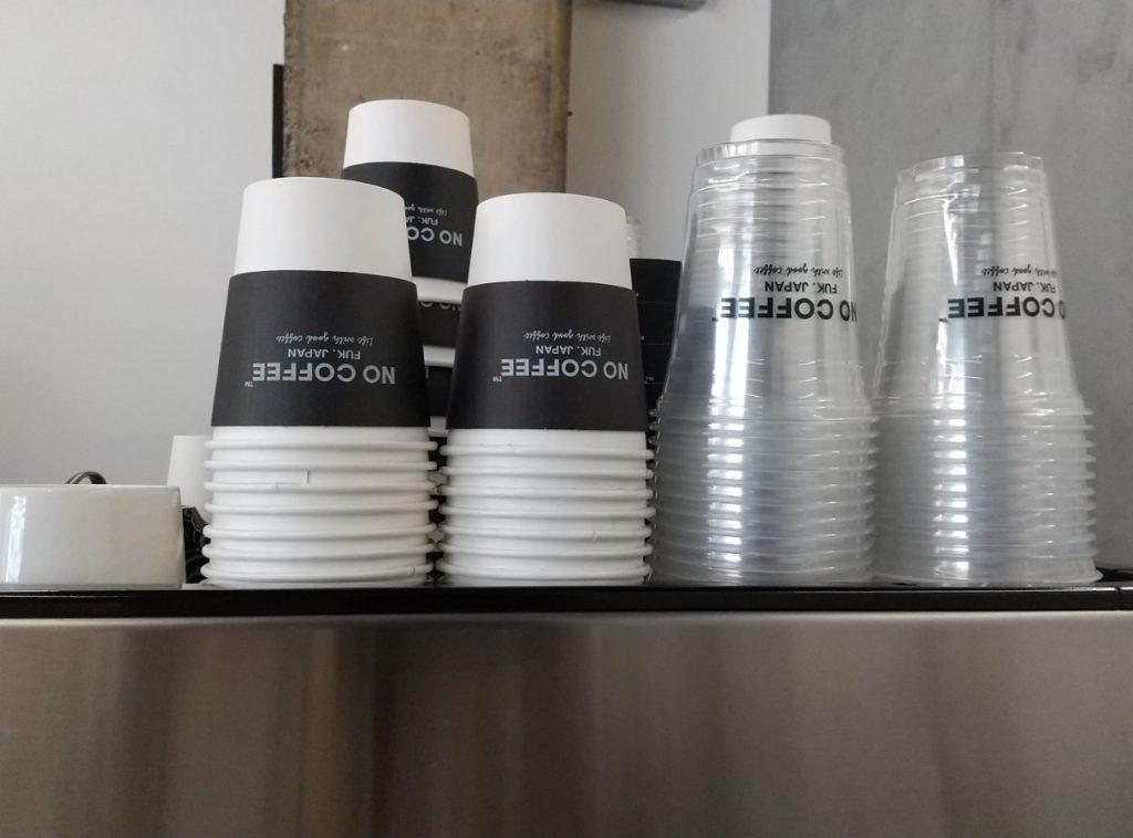 コーヒーマシーンの上に置かれたコップ