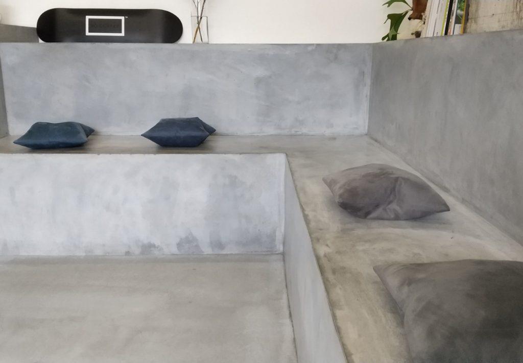 座るスペース 石でできたひな壇