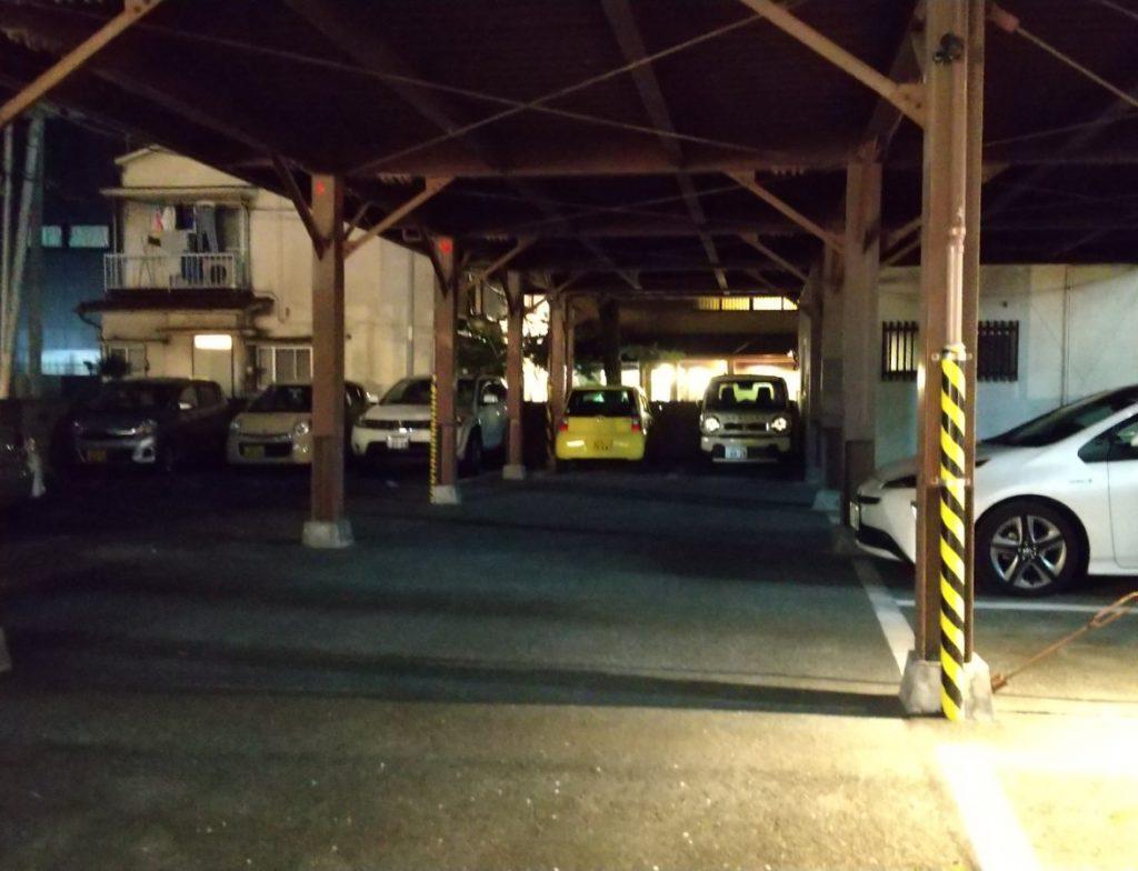 駐車スペースをまたいだ先の池田屋屋