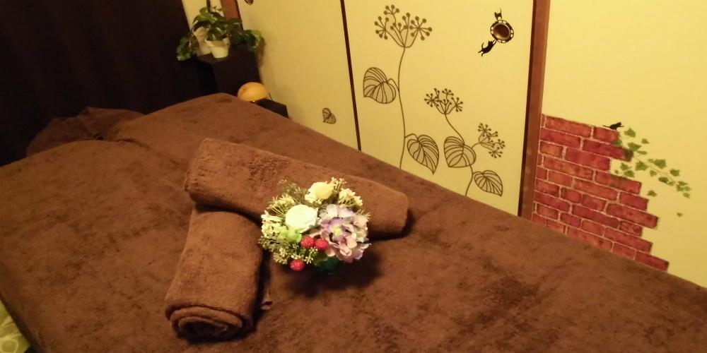 夢香の施術ベッドとお花
