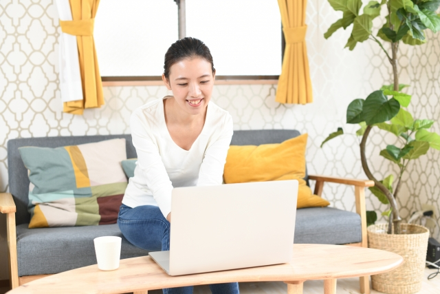 笑顔でパソコンを操作する女性