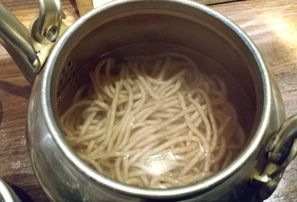 やかんの中の麺を上から撮影