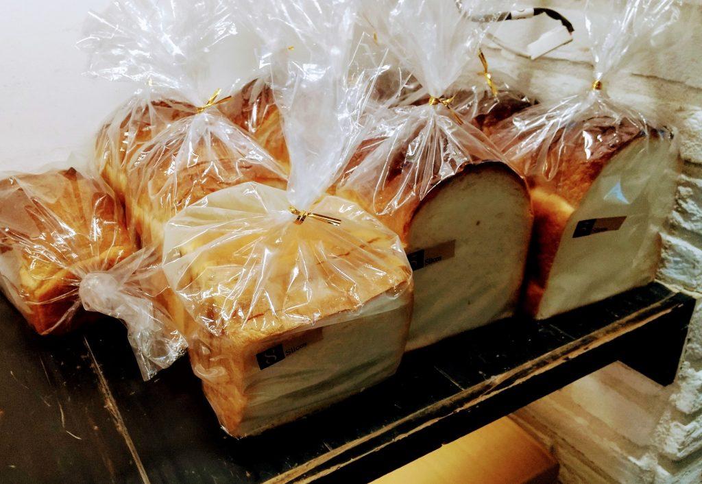 ラッピングされた食パン 6つ