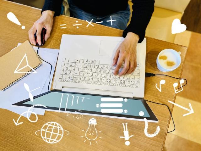 お店でパソコン作業をする女性